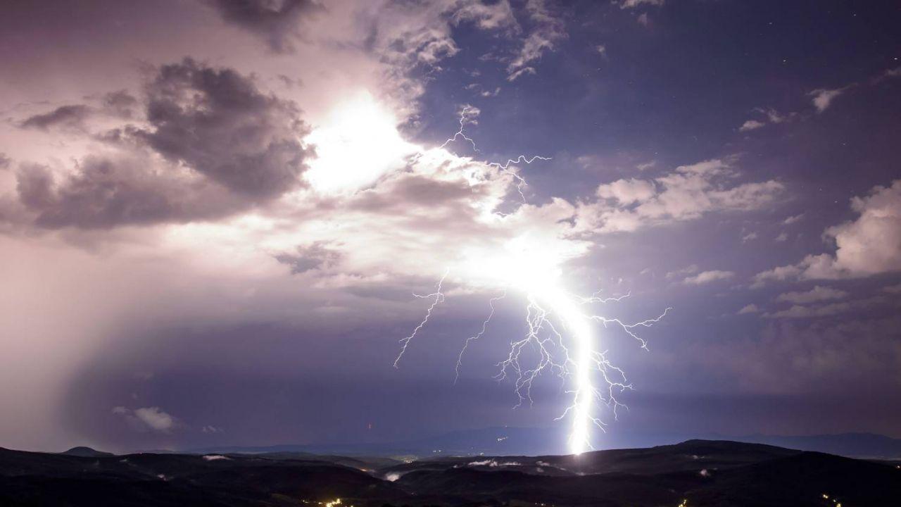 IMGW wydał ostrzeżenia przed burzami dla 12 województw(fot. PAP/EPA/Peter Komba)