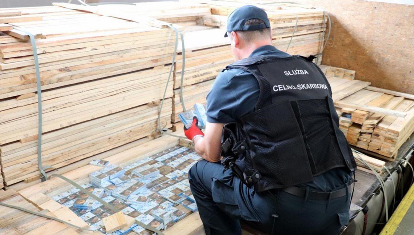 Kontrabanda ukryta była pomiędzy deskami w specjalnych schowkach (fot. Podlaska KAS)