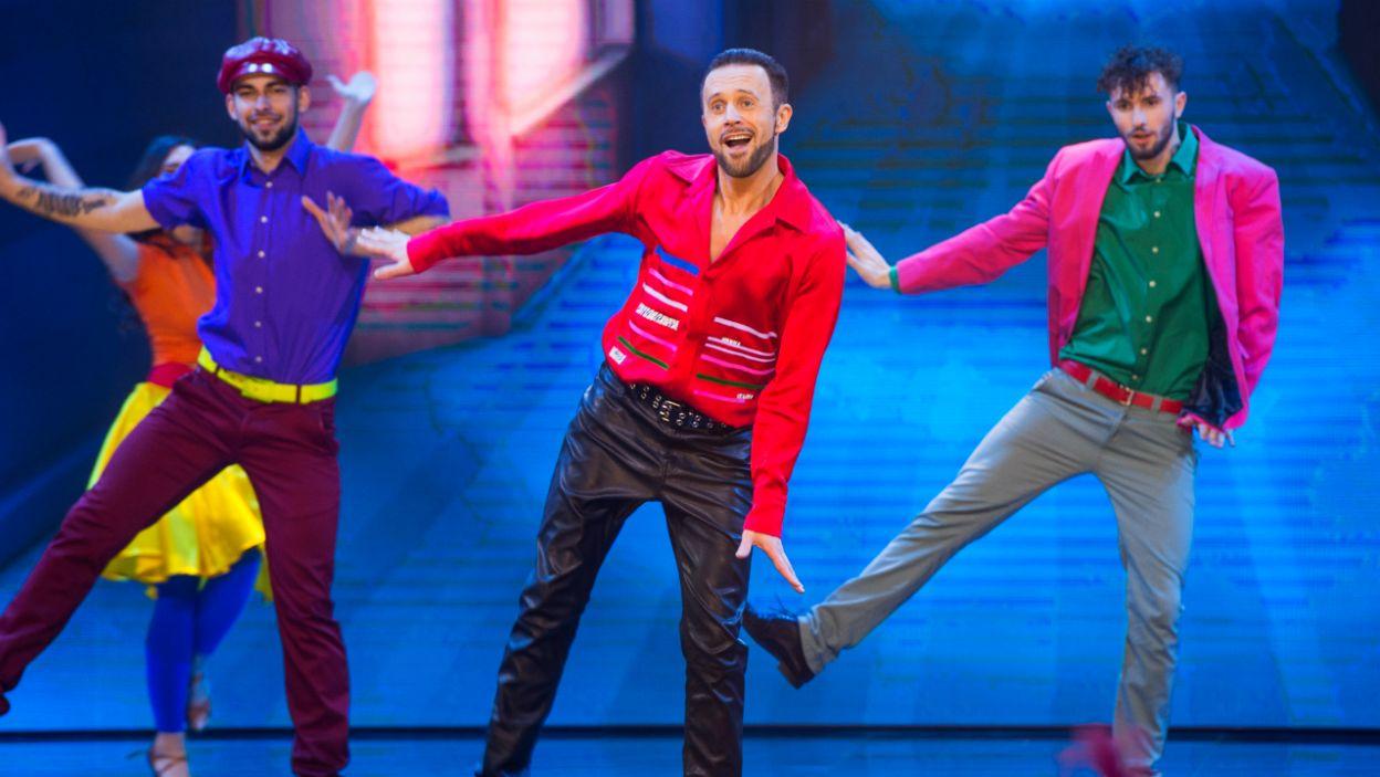 """W kolejnym występie Przemek Cypryański tańczył do hitu wczesnych lat osiemdziesiątych – piosenki """"All Night Long"""" Lionela Richie'go (fot. TVP/ W. Kompała)"""