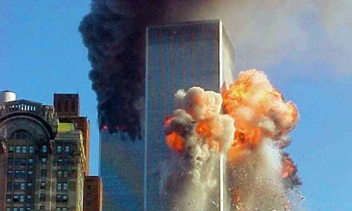 Jedna z wież World Trade Center w Nowym Jorku tuż po uderzeniu samolotu lotu  175 podczas ataku terrorystycznego z 11 września 2001 roku. Fot.: Carmen Taylor / WireImage