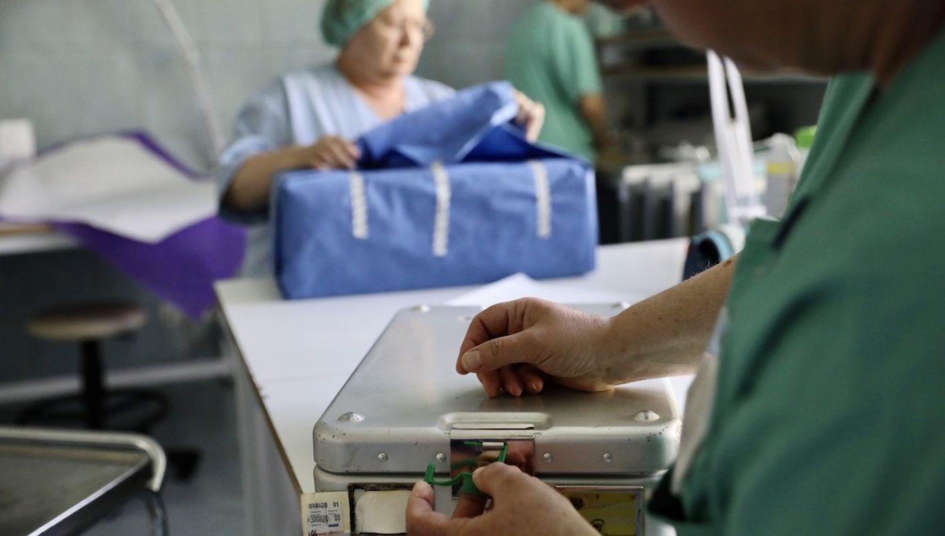 W niedzielę nie odnotowano żadnych ofiar śmiertelnych koronawirusa, w poniedziałek – aż pięć (fot. PAP/Leszek Szymański)