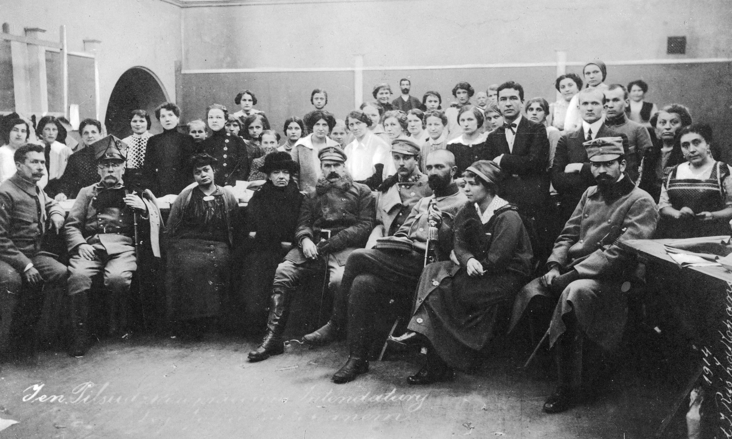 Zofia Praussowa (pierwszy rząd, trzecia z lewej) z Józefem Piłsudskim i pracownikami intendentury Legionowej w Zakopanem, którą założyła. Siedzą na pierwszym planie od lewej: kierownik intendentury Trojanowski, Wacław Sieroszewski, Praussowa, Zaniewska, Piłsudski, Tadeusz Kasprzycki, Walery Sławek, członkini Komitetu Wojskowego w Zakopanem Janina Nowotnowa, komendant placu w Zakopanem Czaki. Fot. NAC/ Instytut Józefa Piłsudskiego, Jan Ryś – syng. 22-127-1