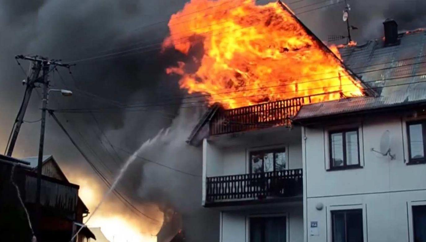 Uszkodzonych przez pożar zostało 13 budynków mieszkalnych i 23  budynki gospodarcze (fot. tvp.info źródło: remiza.com.pl)