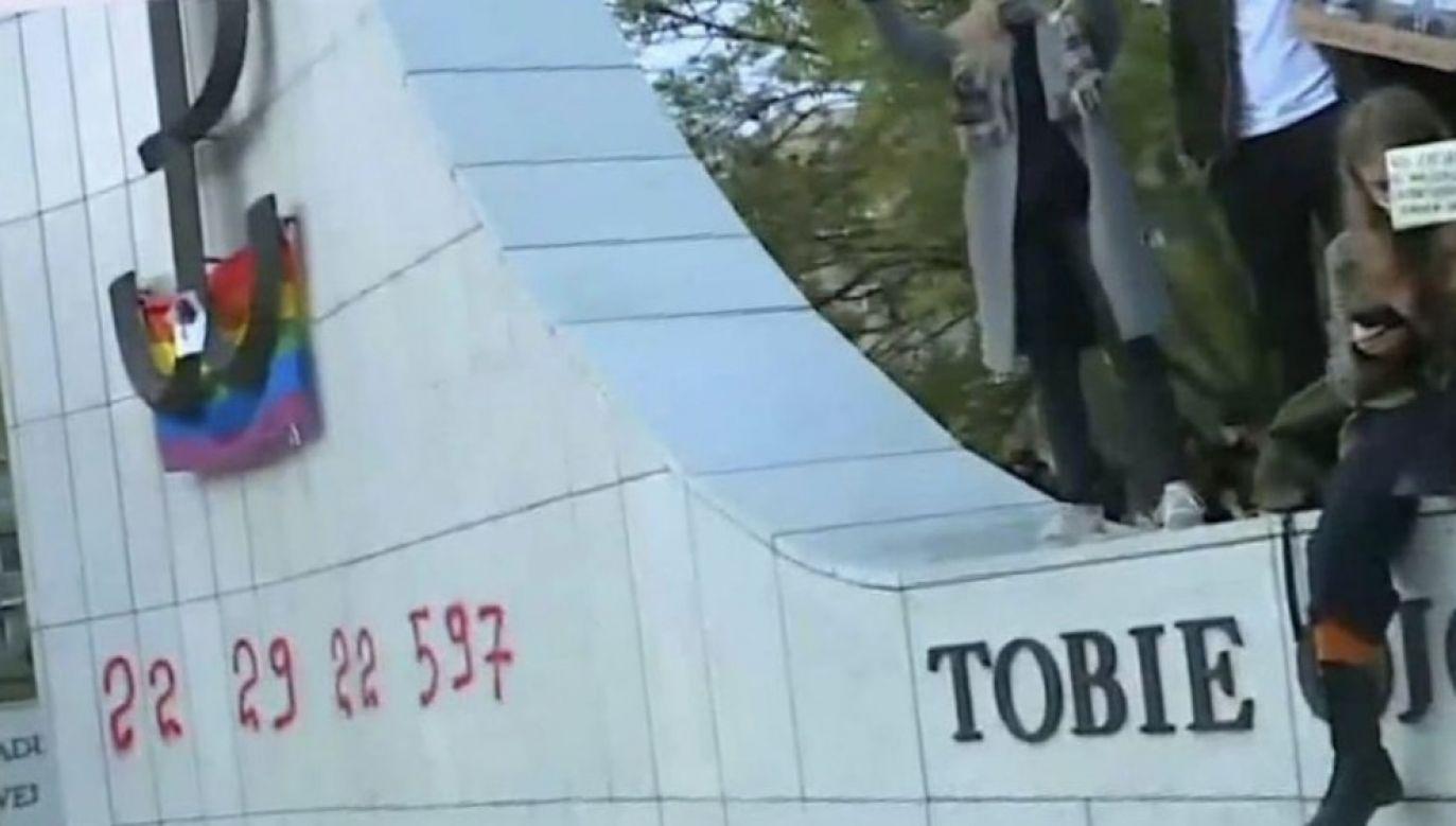 To kolejny pomnik zniszczony przez protestujących (fot. FB/Mateusz Morawiecki)