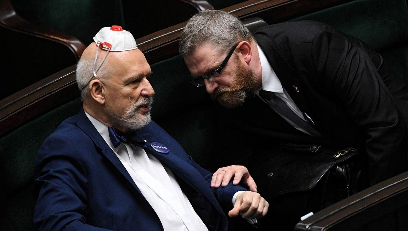 Posłowie Konfederacji nie chcą zakładać maseczek w Sejmie (fot. PAP/Radek Pietruszka)