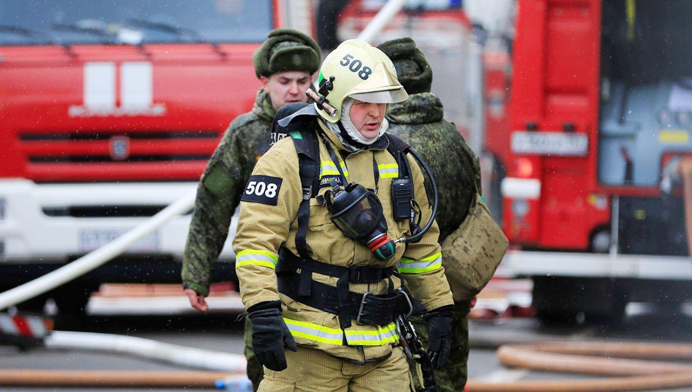 Strażak został odcięty przez płomienie (fot. Sefa Karacan/Anadolu Agency/Getty Images)