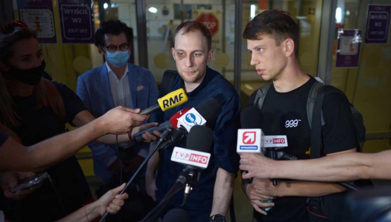 Kacper Siennicki (P) jest jednym z Polaków, którzy powrócili do kraju  po tym jak zostali zatrzymani podczas protestów w Mińsku (fot. PAP/Marcin Obara)