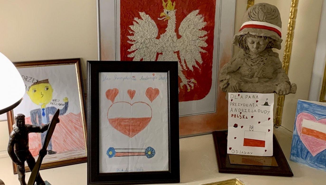 Prezydent do życzeń zamieścił także zdjęcie rysunków od dzieci, które otrzymał (fot. tt/@AndrzejDuda)