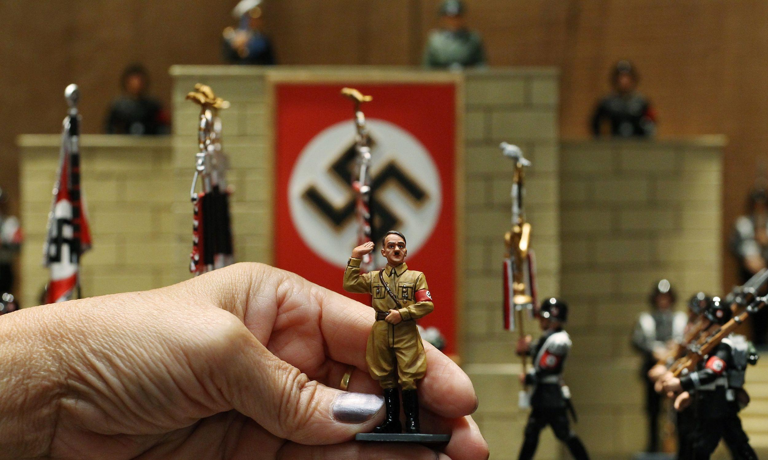 "Figurka Hitlera w sklepie kolekcjonerskim ""Kings & Country"" w centrum handlowym Pacific Place w Hongkongu. Fot. Felix Wong / South China Morning Post za pośrednictwem Getty Images"