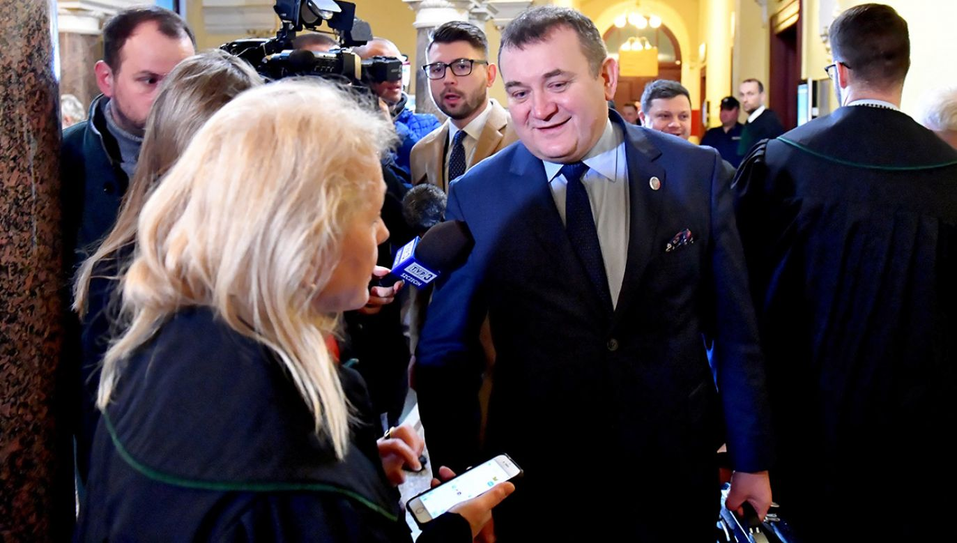 """Senatorowi Stanisławowi Gawłowskiemu """"umknęła"""" sprawa związana z jednym z dokumentów (fot. PAP/Marcin Bielecki)"""