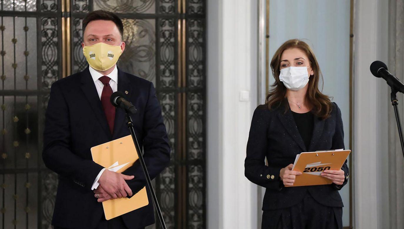 Lider Polski 2050 Szymon Hołownia i posłanka Joanna Mucha na konferencji w Sejmie (fot. PAP/Wojciech Olkuśnik)