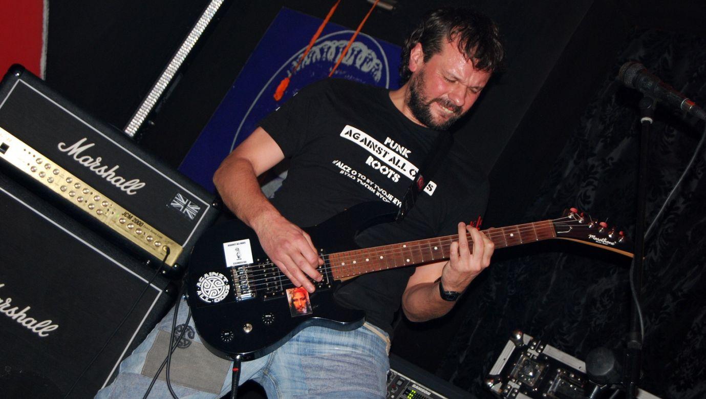 Wsłuchuję się w ekspresję wyrażoną bądź to w drapieżnych kawałkach grupy Slayer, bądź w symfonii new-metalowej Tool, czasem w smaku jaki ma Metallica, czasem w szybkości hardcore'owej wczesnego DRI, a czasem w spokojnych kilku utworach The Clash – mówił o. Wojciech Kowalski, na zdjęciu podczas koncertu jego grupy Against All Odds. Fot. archiwum prywatne WK