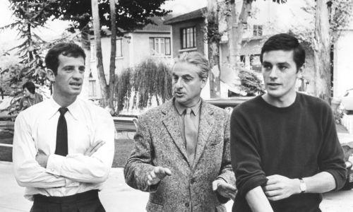 """Aktorzy - przyjaciele spotkali się na planie komedii """"Bądź piękna i milcz"""" (Sois belle et tais-toi, reż. Marc Allégret, 1958), po czym zagrali w kilku następnych obrazach – """"Sławne miłości"""" (Amours célèbres, 1961), """"Czy Paryż płonie?"""" (Paris brûle-t-il?, 1966, na zdjęciu, z reżyserem Rene Clementem), """"Borsalino"""" (1970) i """"Dziewczyna dla dwóch"""" (Une chance sur deux, 1998). Fot. Sunset Boulevard/Corbis via Getty Images"""