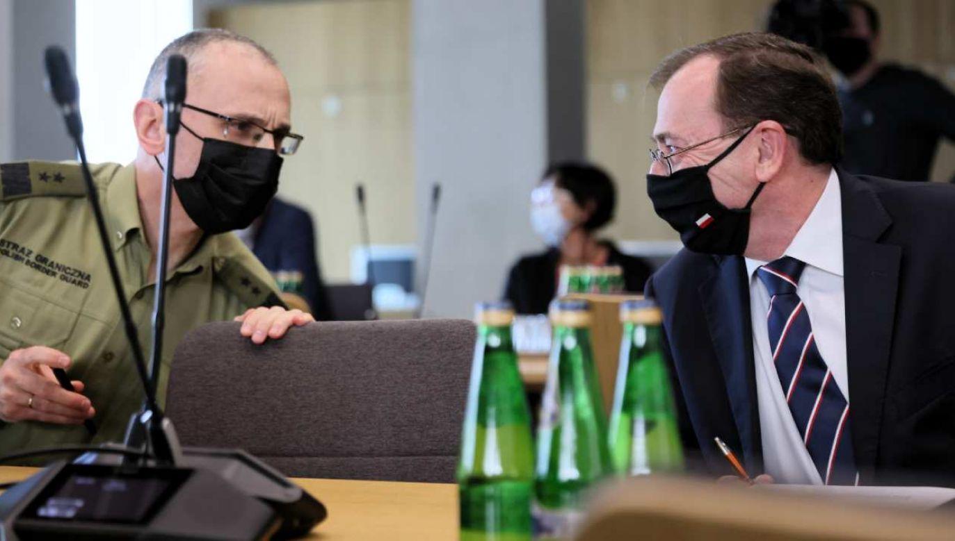 Minister SWiA Mariusz Kamiński (P) i komendant główny Straży Granicznej gen. dyw. Tomasz Praga (L) podczas posiedzenia sejmowej Komisji Administracji i Spraw Wewnętrznych (fot. PAP/Leszek Szymański)