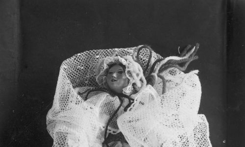 Lalka w stroju żywieckim zaprojektowana przez Stefanię Łazarską, wystawiona w polskim pawilonie podczas Wystawy Światowej w Nowym Jorku, maj 1939 r. Fot. NAC/IKC, sygn. 1-M-654-65