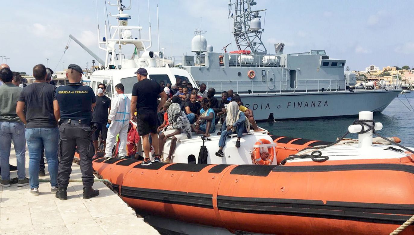 Przez Morze Śródziemne wciąż przepływają łodzie z migrantami. Na zdjęciu migranci na wyspie Lampedusa (fot. PAP/EPA/STRINGER)