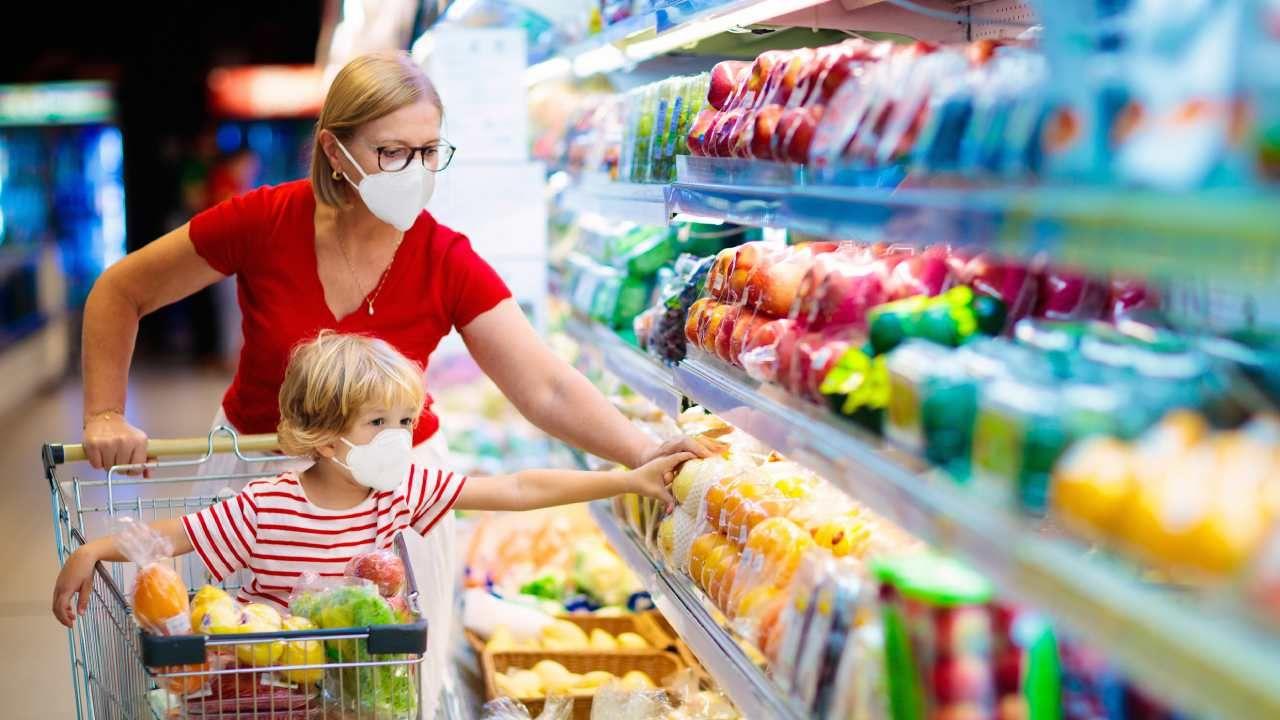 Nadal trzeba zakrywać usta i nos w sklepach, pojazdach komunikacji publicznej i kościołach (fot. Shutterstock/FamVeld)