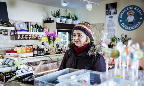 Izabela Dąbrowska w sławnym skeczu w sklepie.