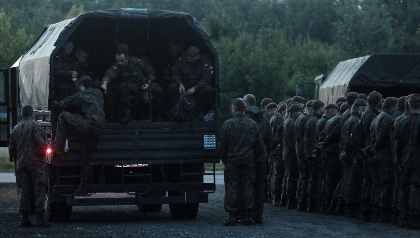 Dotychczas w poszukiwaniach brali udział policjanci oraz wspierające je służby – m.in. strażacy czy żołnierze Wojsk Obrony Terytorialnej (PAP/Jakub Kamiński)