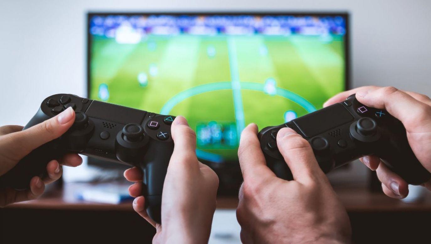 """Zawodnicy będą rywalizować w grę """"FIFA 20"""" (fot. Pexels)"""