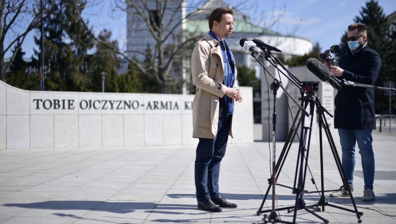 Kandydat Konfederacji na prezydenta Krzysztof Bosak narzeka, że  nastały ciężkie czasy dla nastolatków (fot. PAP/Marcin Obara)