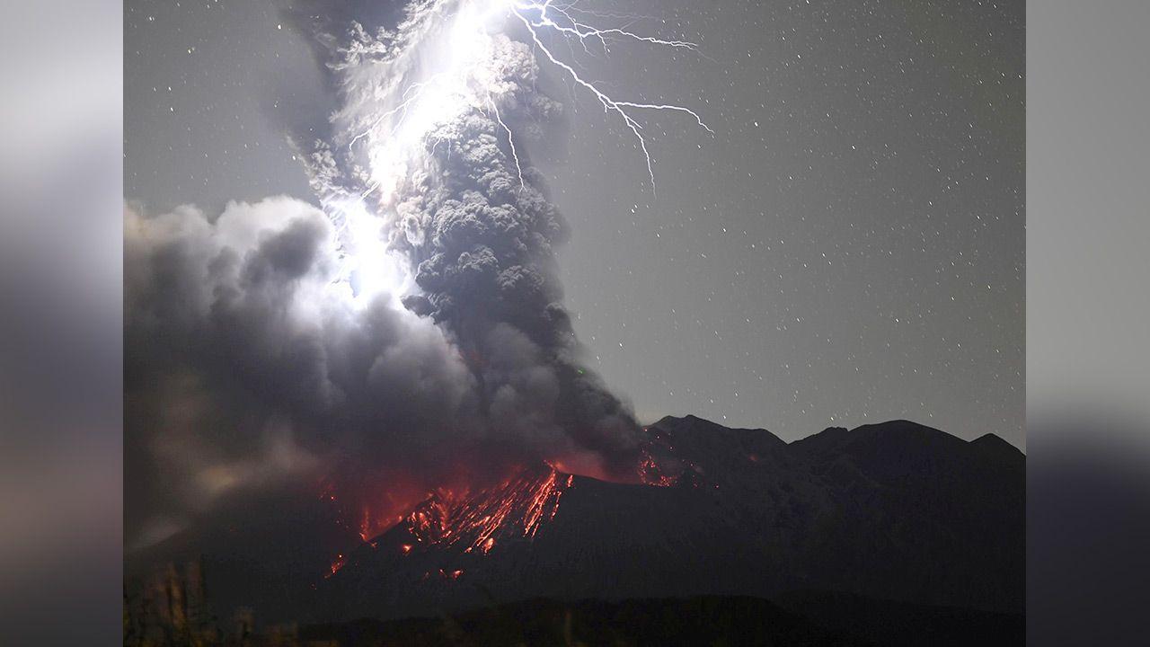 Niesamowite zdjęcie piorunów, chmury popiołu i tryskającej lawy z wulkanu Sakurajima (fot. Kyodo/via REUTERS ATTENTION EDITORS)