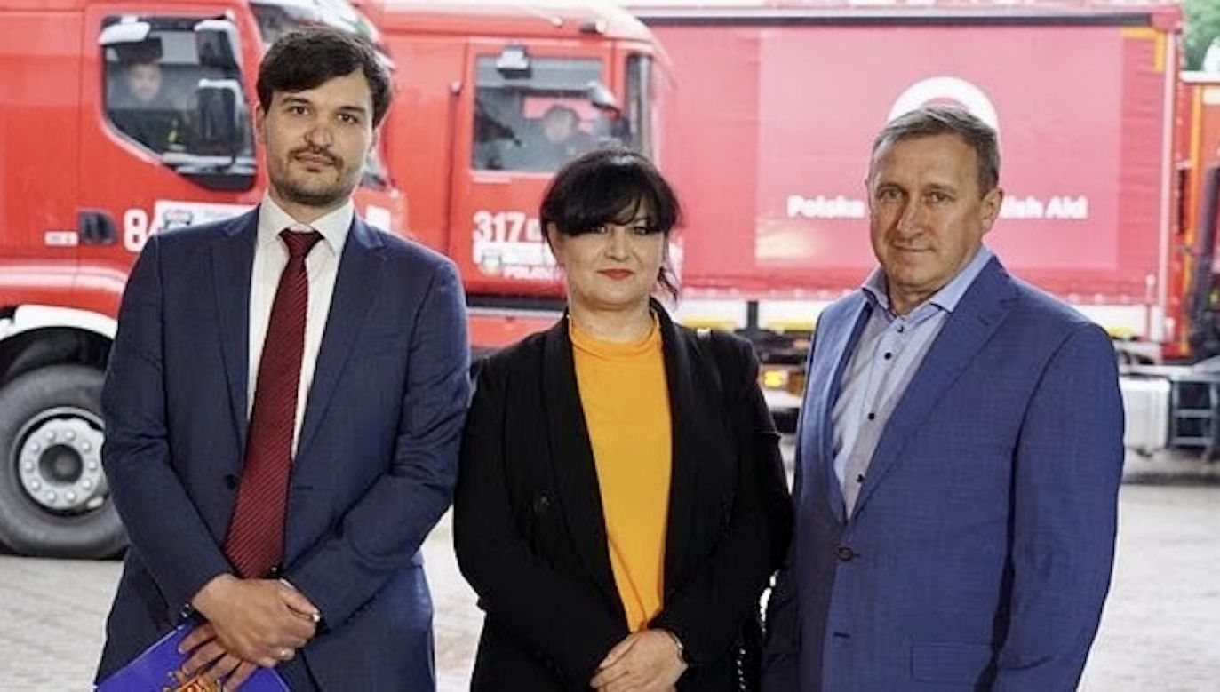 Przedstawiciel ambasady Mołdawii i ambasador Ukrainy w Polsce, wspólnie z prezes Fundacji PKO Banku Polskiego uczestniczyli w odprawie konwoju  (fot. PKO Bank Polski)