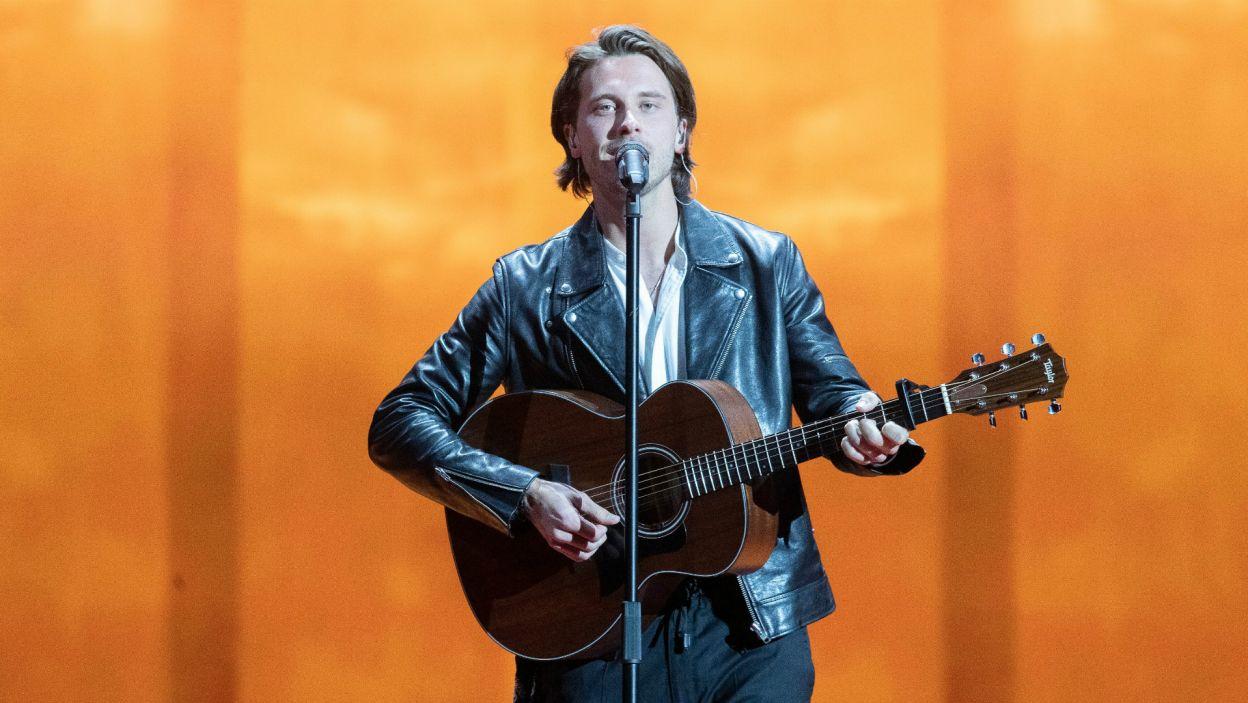 Przystojny wokalista z gitarą to sprawdzony sposób na podbicie ludzkich serc. Tym razem wykorzystał go Szwed Victor Crone, reprezentujący Estonię. Czy jego urok zadziała również w finale? (fot. Andres Putting/EBU)