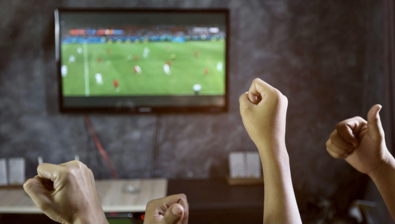 Sportowe emocje ze stadionu przeniosły siędo domu (fot. Shutterstock/Nok Lek)