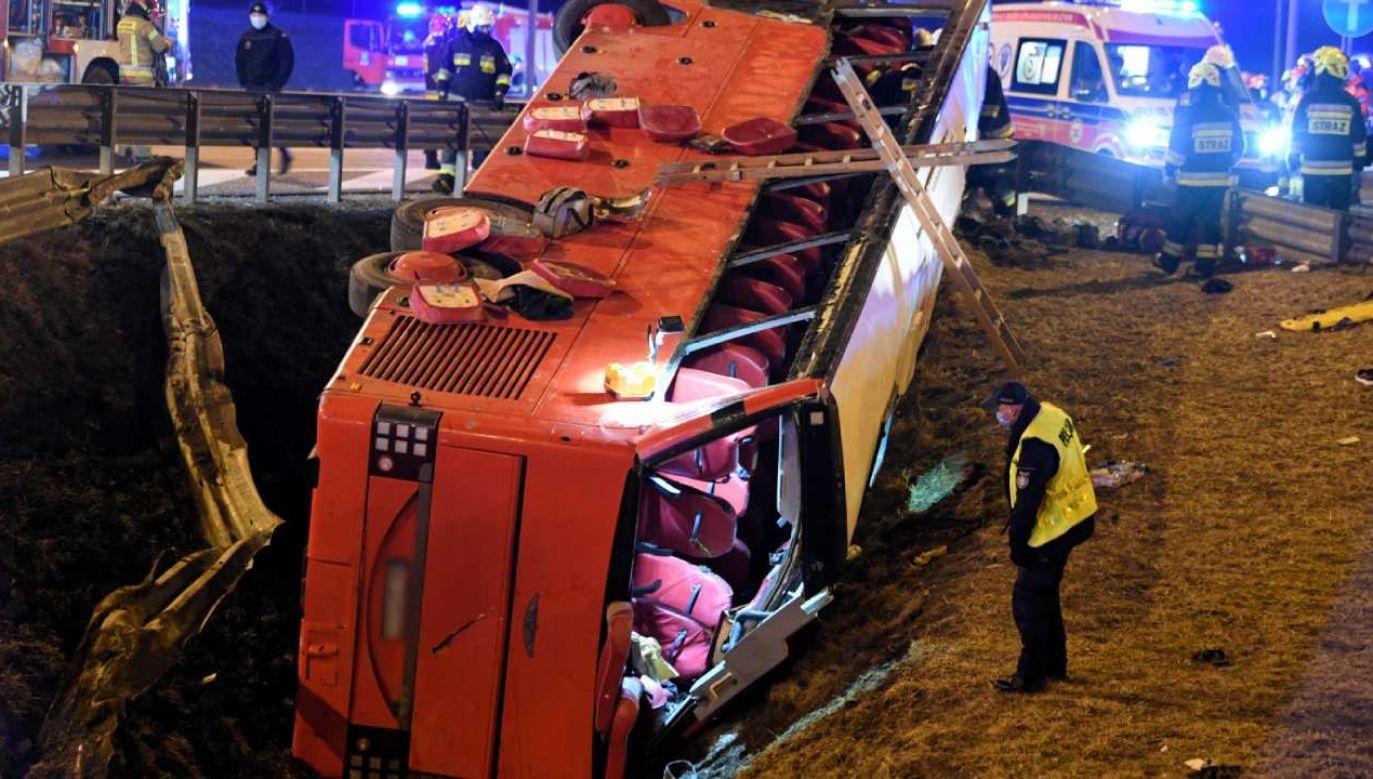 Autokar wypadł przez barierki i częściowo stoczył się z nasypu (fot. PAP/Darek Delmanowicz)