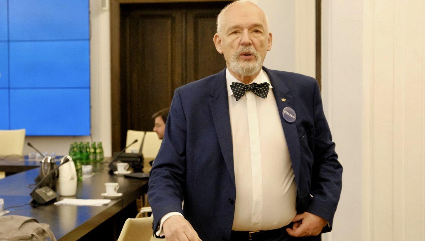 """Jeden z manifestujących popchnął Korwin-Mikkego, inny kazał mu """"wypier***ać"""" (fot. PAP/Mateusz Marek)"""