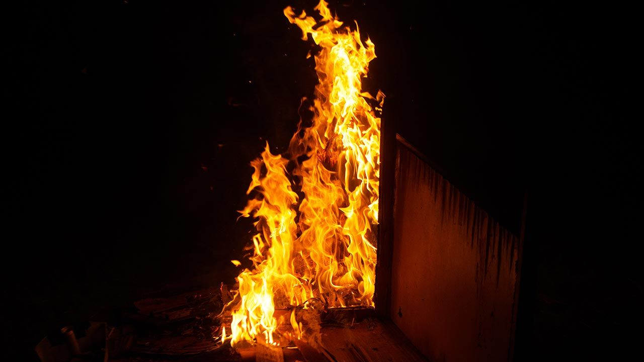 Starsza kobieta świadomie podłożyła ogień (fot. Shutterstock/Surak Chaipayoun)