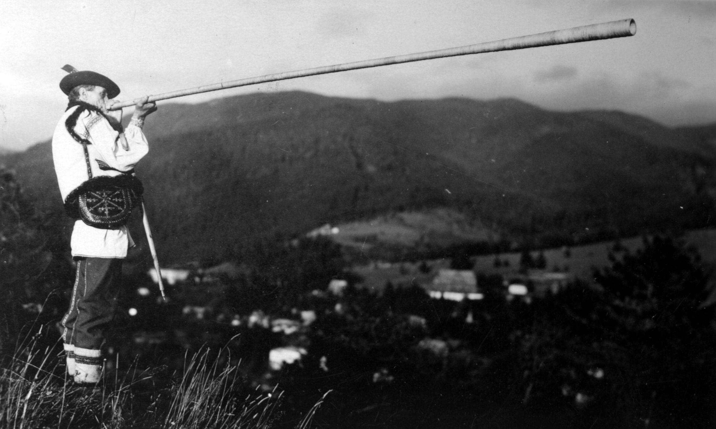 Hucuł grający na trombicie, 1937 rok. Fot. NAC/Ilustrowany Kurier Codzienny