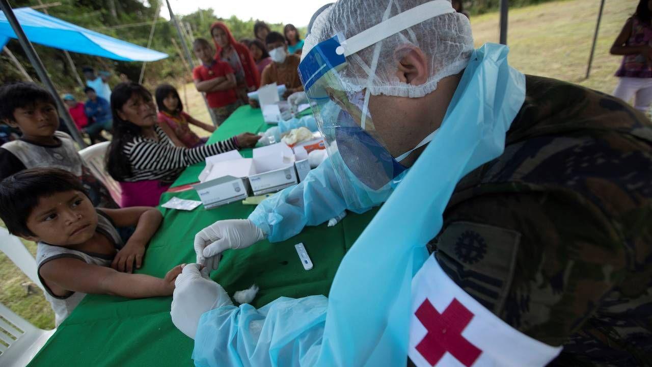 Lekarze z sił zbrojnych przeprowadzają szybkie testy COVID-19 u rdzennych mieszkańców Yanomami w regionie Waikas w Auaris w Brazylii (fot. PAP/EPA/Joedson Alves)